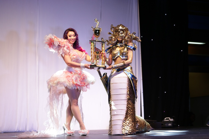 Kamri Jade receives championship trophy from ALIAS guest and international cosplayer Yaya Han, 2017 | Photo Courtesy: Guru Kast, ALIAS Entertainment Expo